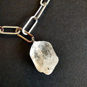 Κολιέ με ατσάλινη αλυσίδα και λευκή πέτρα χαλαζία